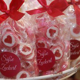 Süße Zuckerl in Cellophan verpackt